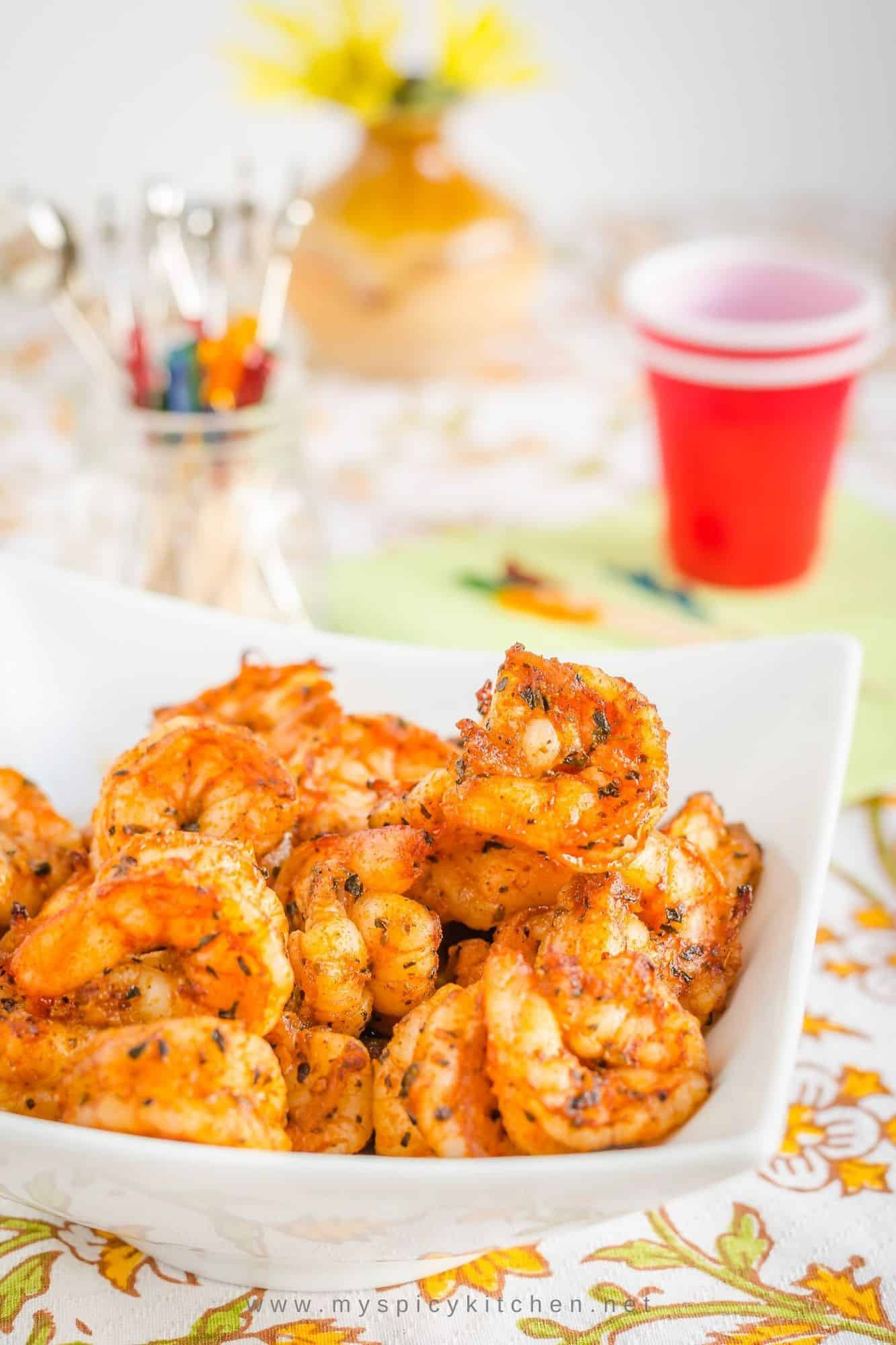 A bowl of broiled shrimp.